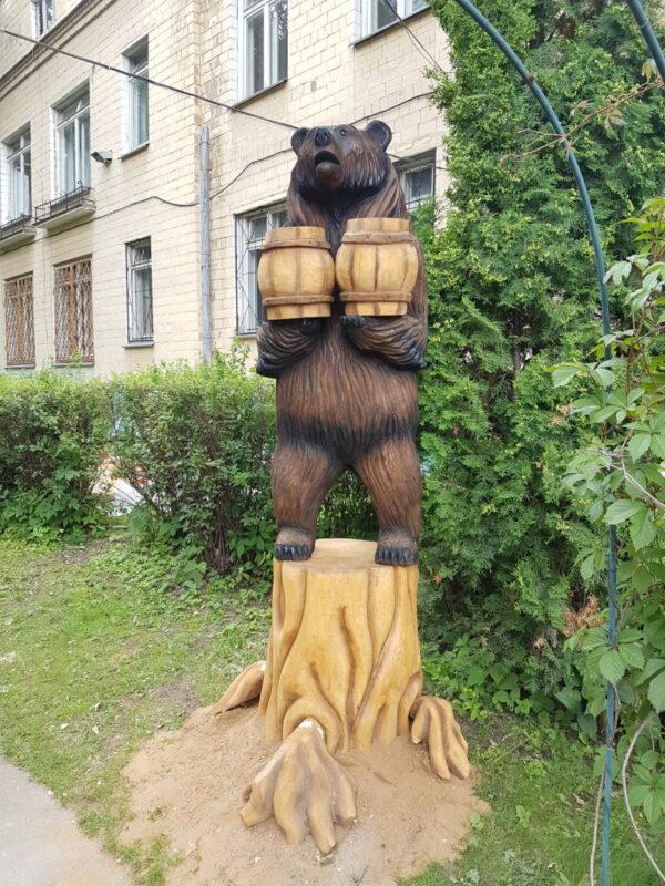 Медведь с бочонками на пне