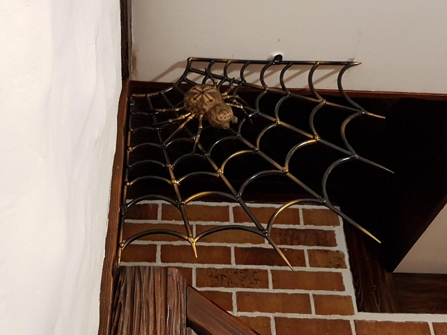 Скульптура паука на стальной паутине