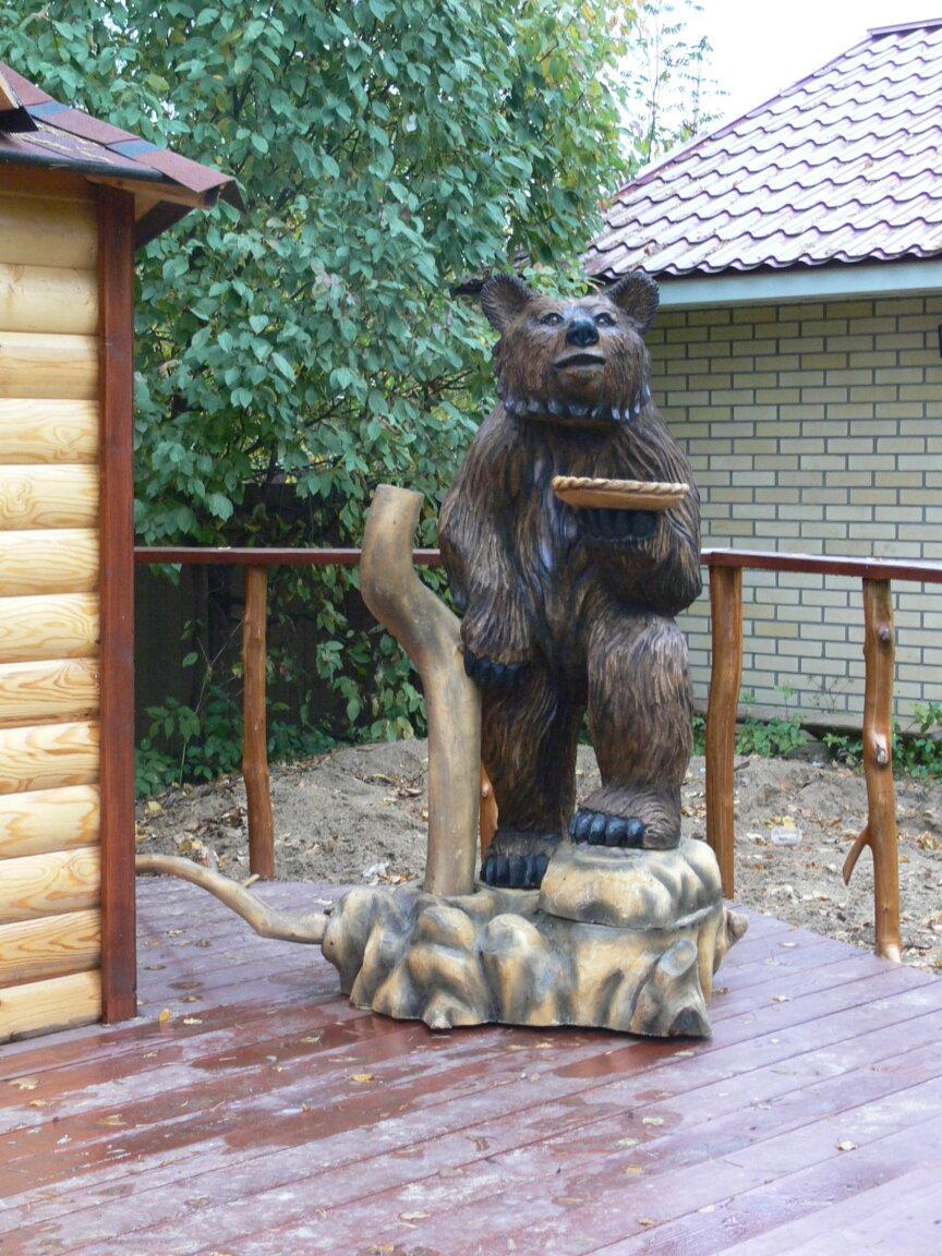 Резной медведь из дерева
