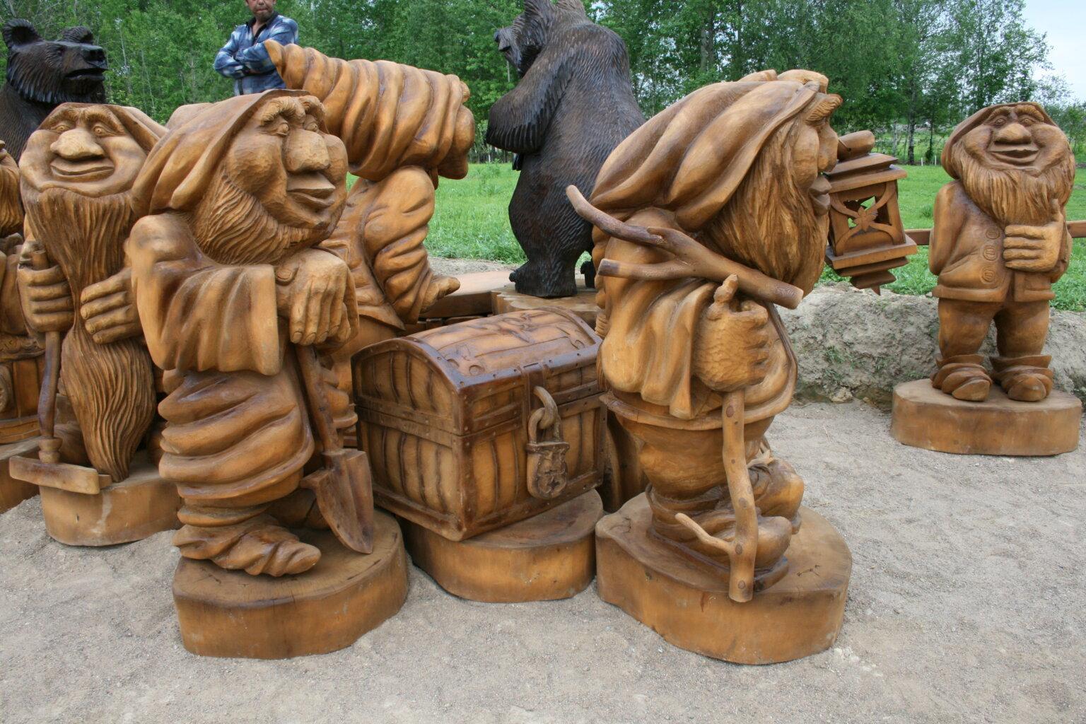 Гномы из дерева скульптура