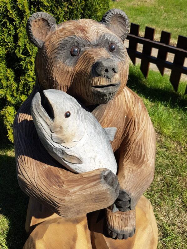 """Скульптура """"Мишка с лососем"""""""