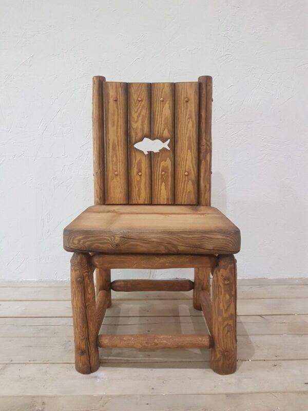 Стул в деревенском стиле из массива сосны.