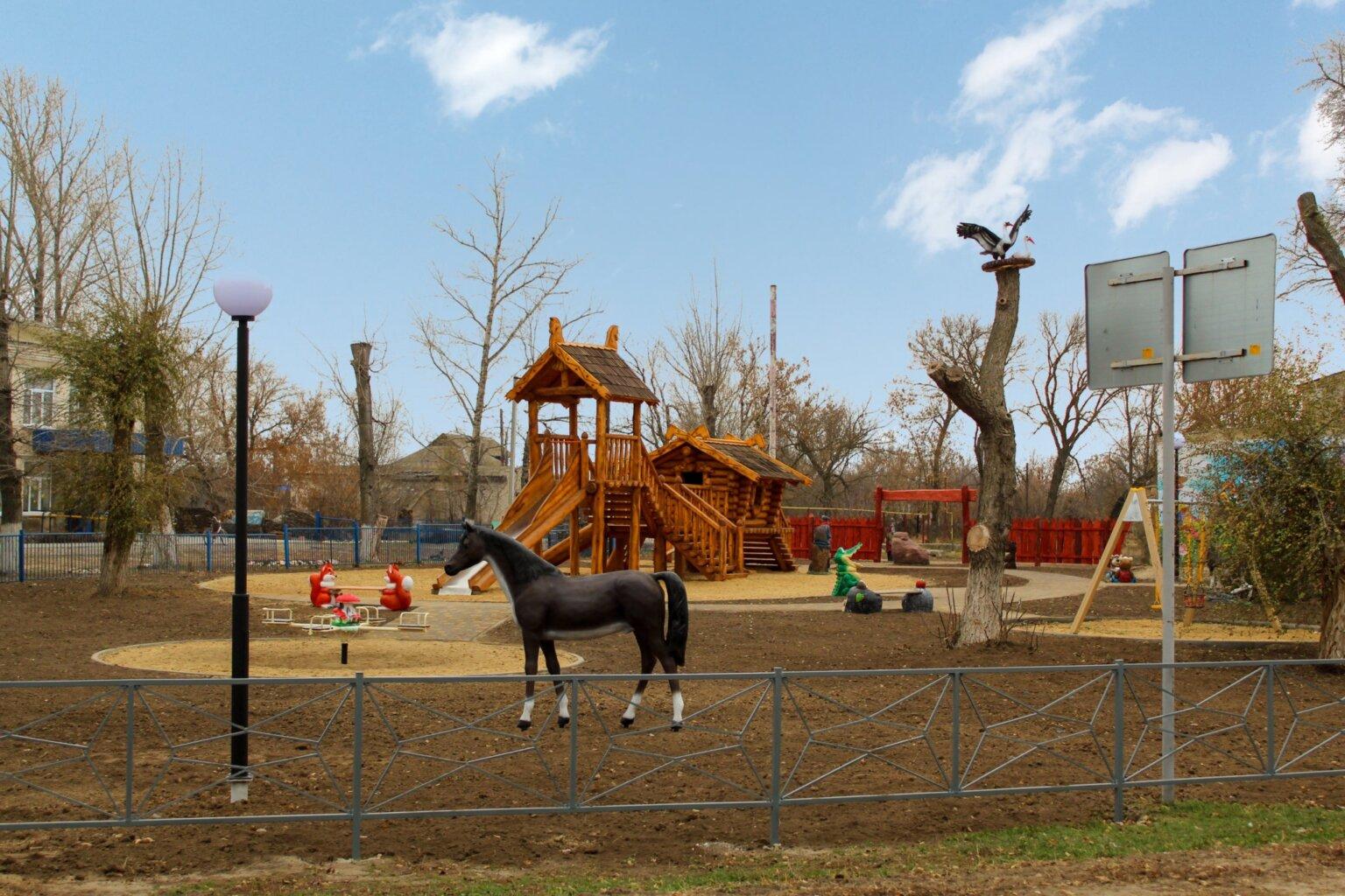 Игровой комплекс с резными фигурами из дерева