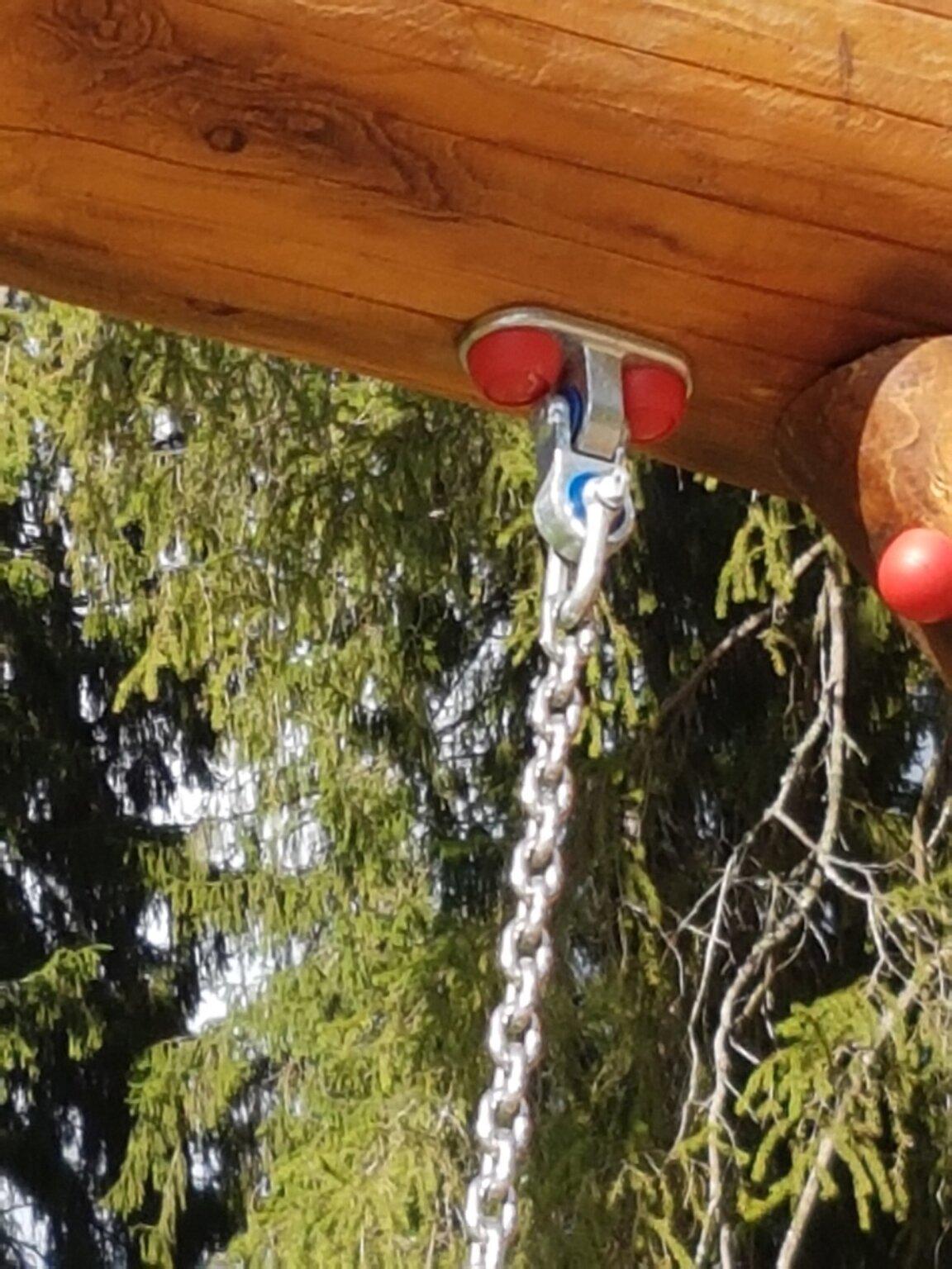 """Качели их бревен и корней """"Х"""" с гнездом"""