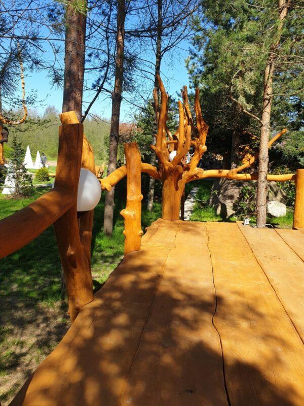 Терраса из массивных досок, веток и корней
