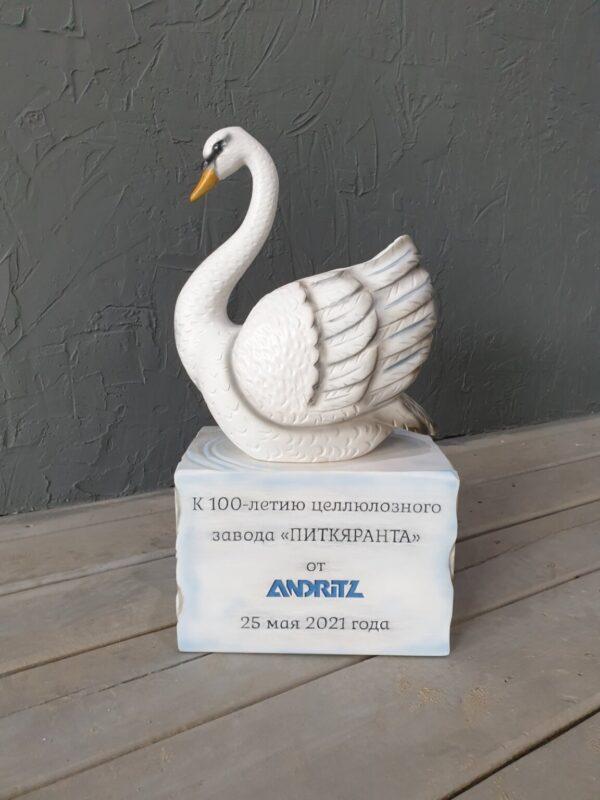 Лебедь на подставке